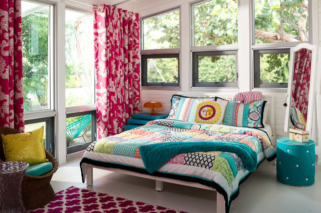 Quilt Sets Queen Bedroom Midcentury with Pink Curtains Platform Bed Quilt White Painted Brick