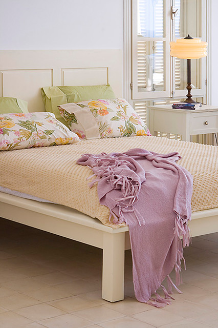 Tufted Bed Frame Bedroom Shabby Chic with Bedside Table Floral Pillows Nightstand Platform Bed Table Lamp