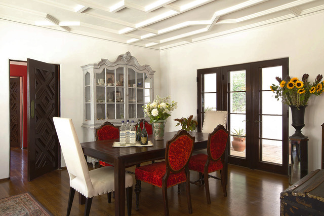 china cabinet hutch Dining Room Traditional with ceiling molding centerpiece dining