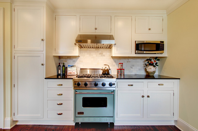 Viking Ranges Kitchen Farmhouse with Crown Molding Drawer Pulls